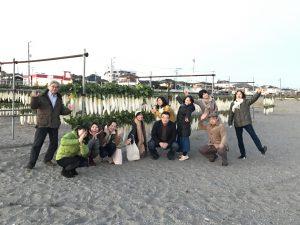 海岸でリフレッシュ 大量の三浦大根の前で